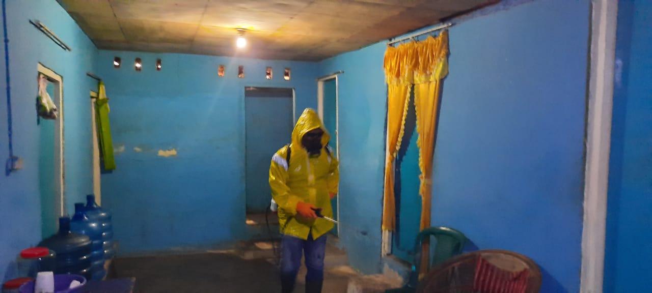 Tim MDMC Sorong saat melakukan penyemprotan di Lokalisasi Malanu, Kota Sorong. [foto: dok-mdmc]
