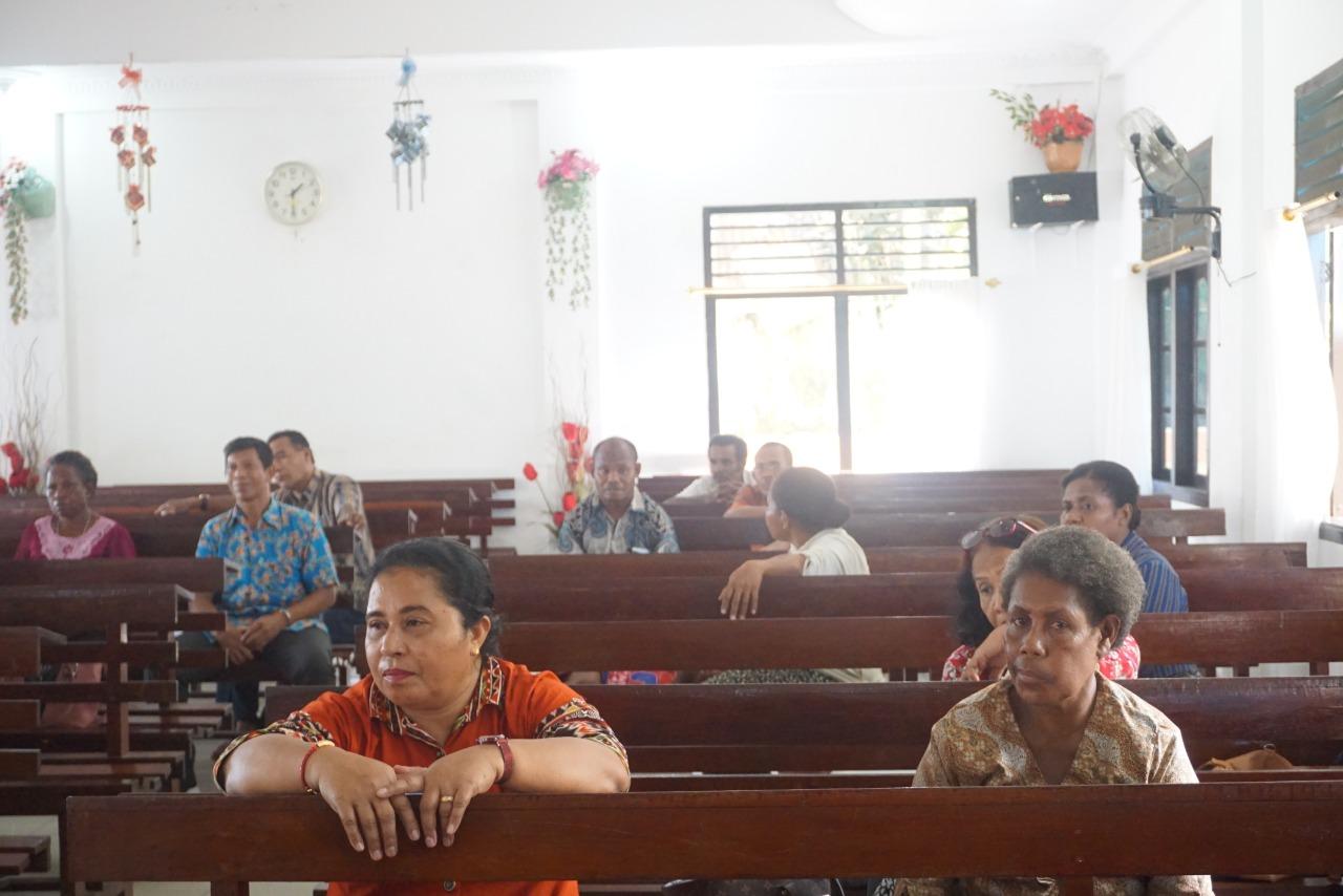 jemaat gereja yang mengikuti penyuluhan di gereja. [foto: junaedi-sr]