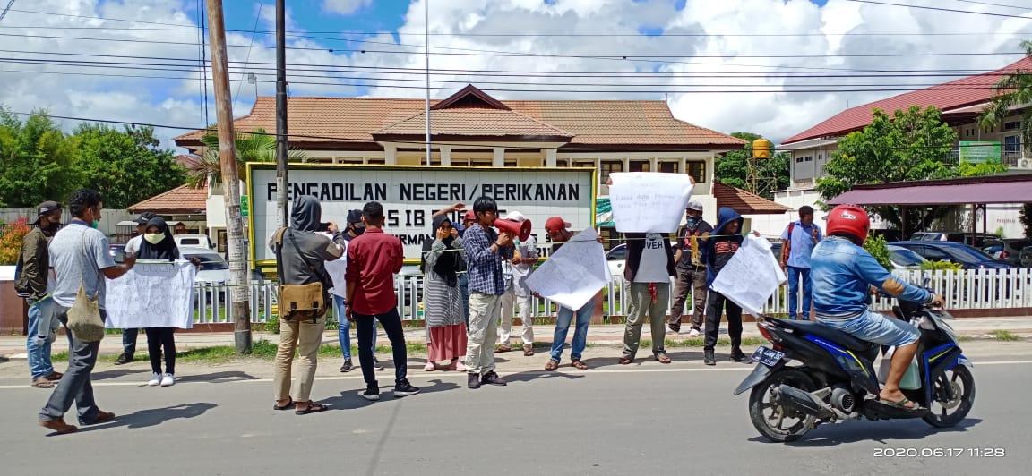 Mahasiswa saat berorasi di depan Kantor Pengadilan Negeri Sorong. [foto: junaedi-sr]