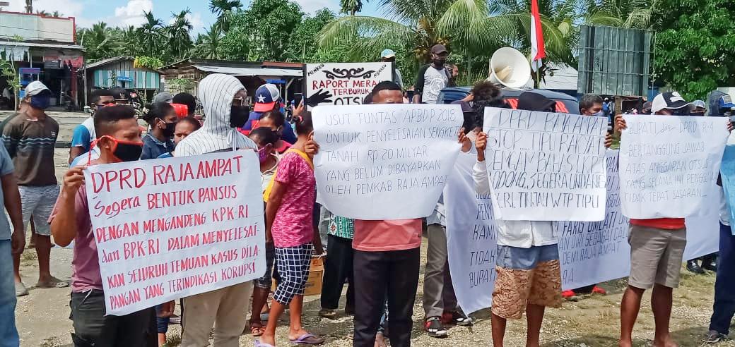 Aliansi Masyarakat Peduli Raja Ampat saat melakukan aksi demo penolakkan LKPJ Bupati tahun 2019. [foto: david-sr]