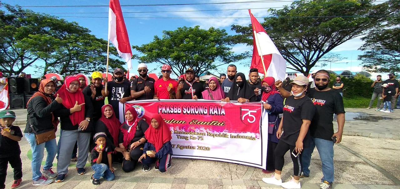 Sejumlah masyarakat SBB Kota Sorong melakukan foto bersama di Taman Sorong City. [foto: trisnah-sr]