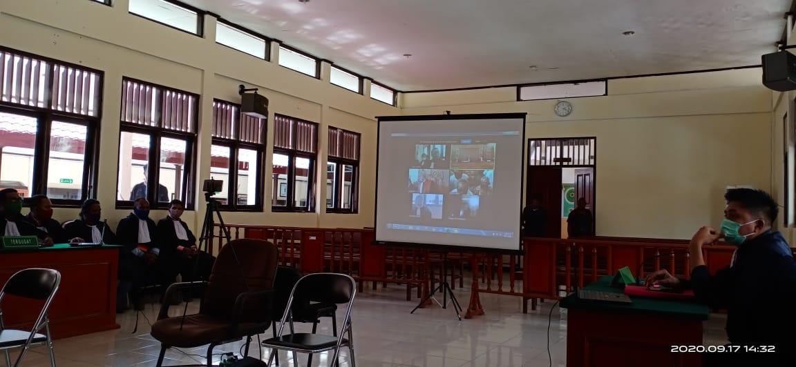 Sidang putusan kasus Makar di Pengadilan Negeri Sorong yang diselenggarakan secara virtual. [foto: junaedi-sr]