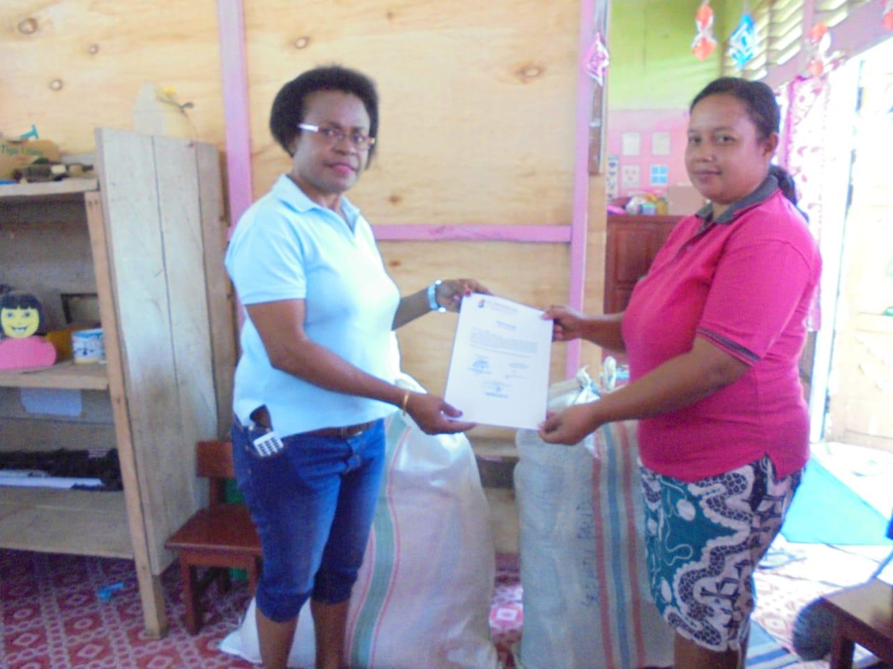 Pembagian Seragam Sekolah kepada salah satu Pengurus PAUD di Kabupaten Tambrauw