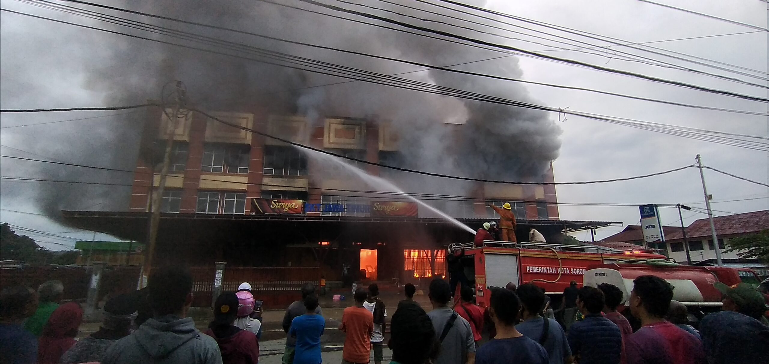 Petugas Pemadam Kebakaran saat memadamkan api. [foto: sr]