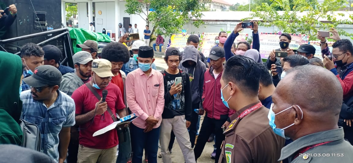 Pembacaan Sekaligus Penyerahan Tuntutan AMPAK Sorong kepada Perwakilan Kejaksaan Negeri Sorong. [foto: junaedi-sr]