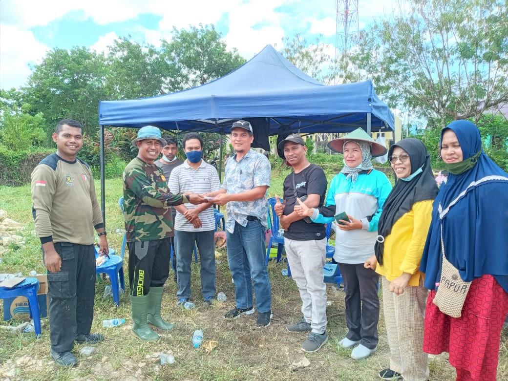 Pemberian Bantuan Pembangunan Sekretariat KKST Sorong oleh Syaiful Maliki Arief di Lahan Pembangunan Sekretariat.